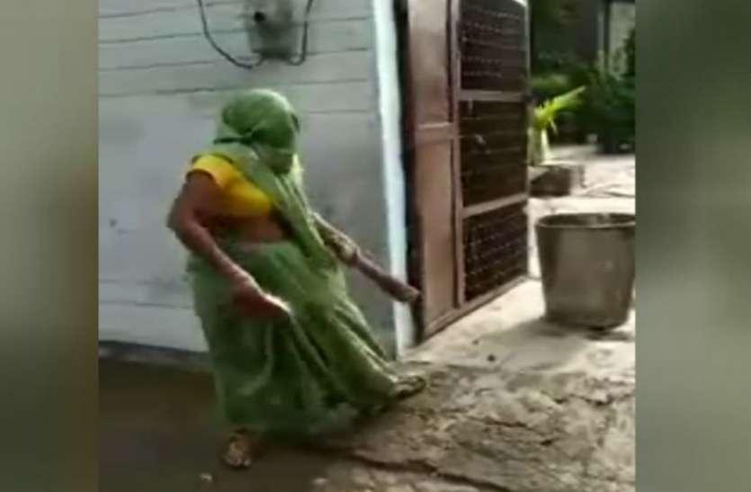 SC ST Act की धमकी देकर महिला ने किया कुछ ऐसा कि ठाकुर साहब के उड़ गये होश, अब पुलिस के पास जाने में भी लग रहा डर, देखें वीडियो