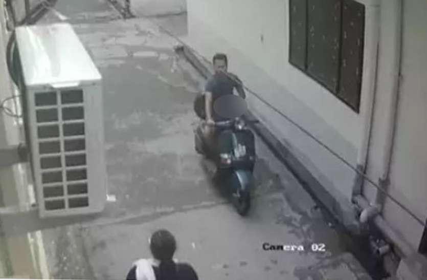 हॉस्टल की छात्राओं को देख ऐसी अश्लील हरकत करते हुए सीसीटीवी कैमरे में कैद हुआ युवक
