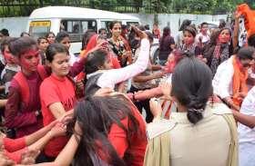 video : उदयपुर में यहां छात्रसंघ चुनाव परिणाम आने के बाद आपस में भिड़ीं इस कॉलेज की छात्राएं, पुलिस को करना पड़ा बीच-बचाव..