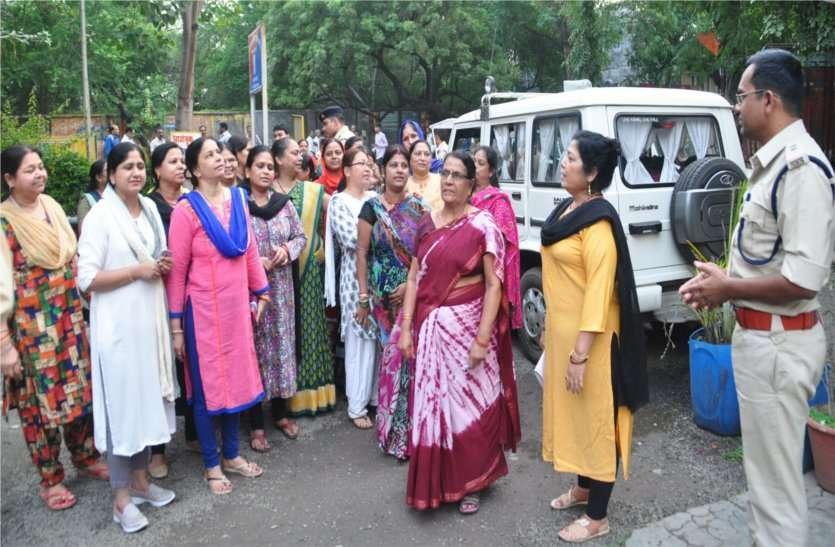 पुलिस के इस आचरण के खिलाफ महिलाओं ने घेरा थाना