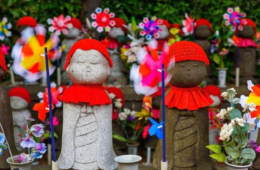 मरे हुए बच्चों को फिर से पाने के लिए ये 'टोटका' कर रहे हैं यहां के लोग, ऐसे करते हैं लाल कपड़े का इस्तेमाल