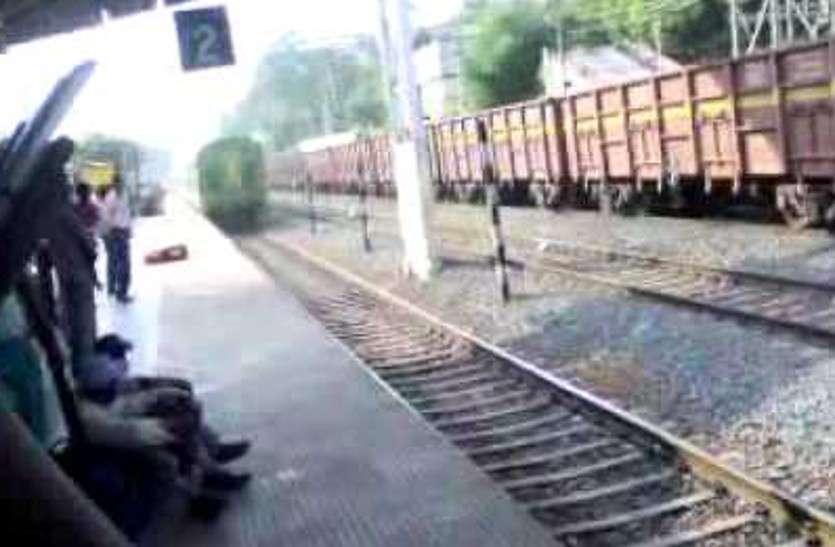 किसानों की जमीन पर रेलवे ने गाड़ दिया खंभा, अब रेलवे के ठेकेदार मनमानी करते हुए कर रहे ये काम, किसानों में आक्रोश