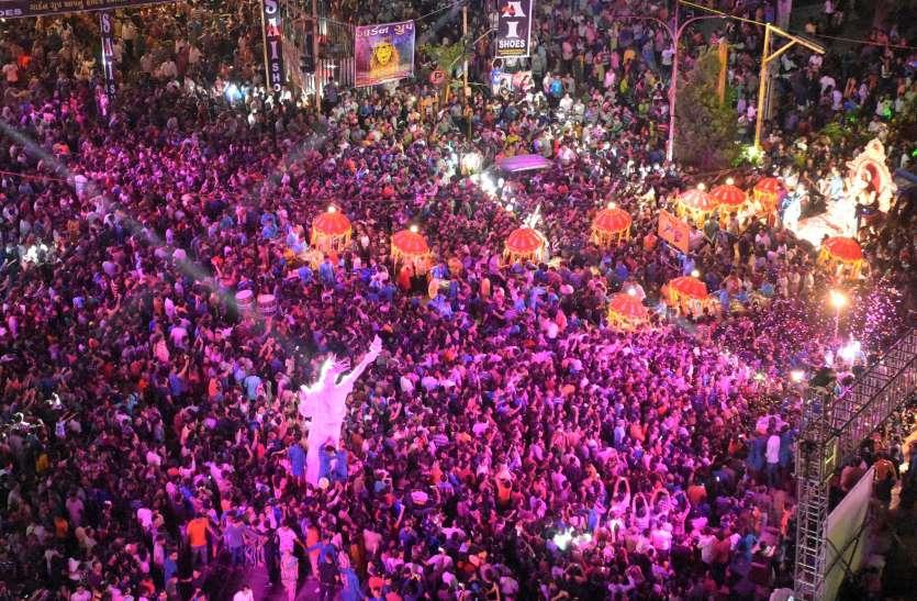 GANESH MAHOTSAV : अब शोभायात्रा की भव्यता की होड़