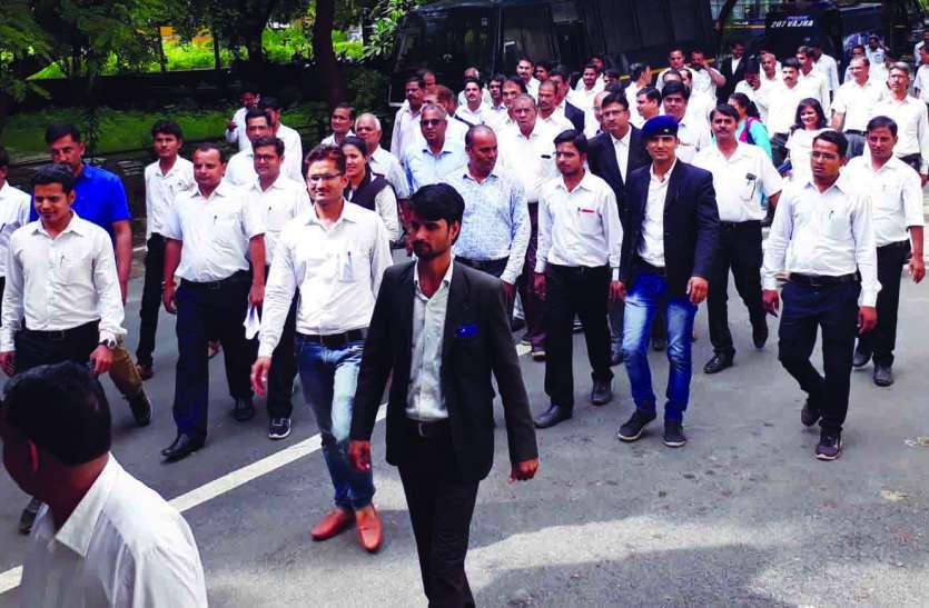 पूर्व बार अध्यक्ष से मारपीट पर वकीलों ने किया बहिष्कार, पार्षद रोहित पंचोली गिरफ्तार