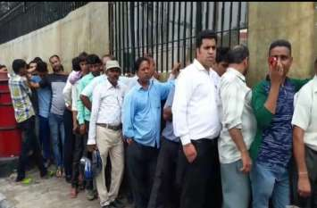 आरबीआई में लगी 100 रुपए के नए नोट के लिए लाइन