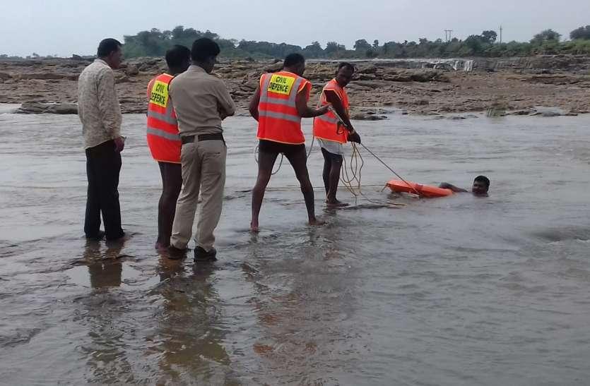 युवक के डूबने के बाद जारी है रेस्क्यू ऑपरेशन, शव की तलाश में गोताखोर