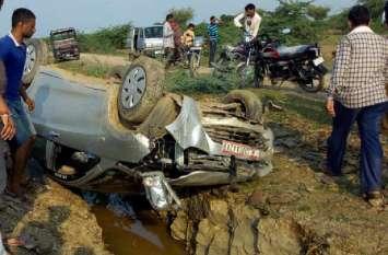 अनियंत्रित कार पलट कर खाई में गिरी, दो जने घायल
