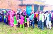 'जब बच्चों को बकरी ही चराना है तो स्कूल किस काम का', यह कहकर ग्रामीणों ने स्कूल में जड़ा ताला