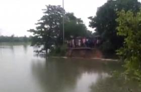Video: बिहार में बाढ़ के चलते गायब हुए रोड, बहे रिक्शा और एसयूवी