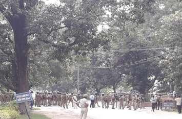 BHU में छात्रों व पुलिस के बीच गुरिल्ला युद्ध, पथराव, हवाई फायरिंग, छोड़ गये आंसू गैस के गोले