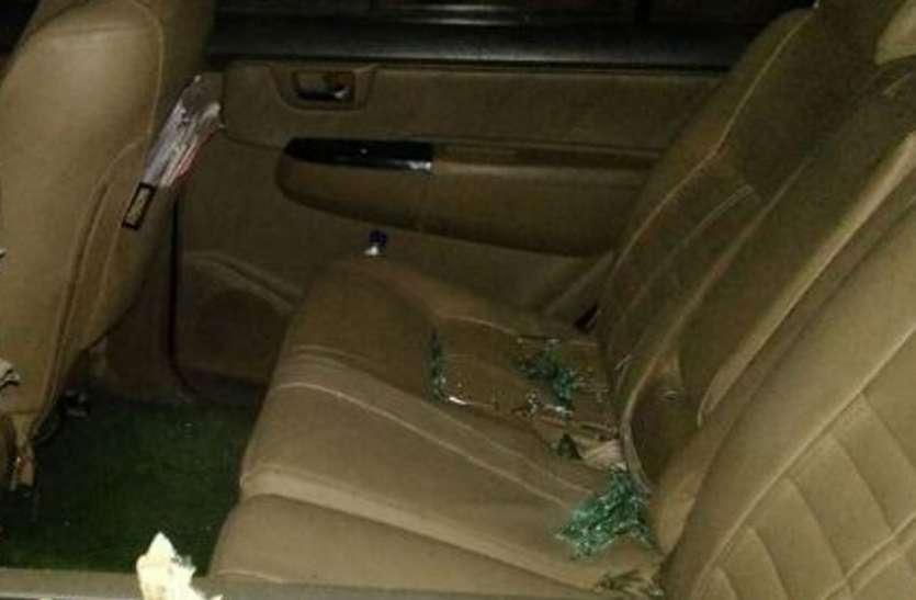 हमला - भाजपा विधायक के बेटे की कार पर पथराव