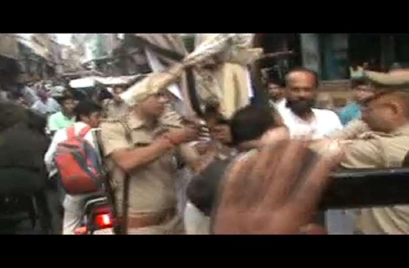 कांग्रेस नेताओं ने मोदी और राजनाथ का पुतला फूंकने की कोशिश,पुलिस ने किया ये हाल