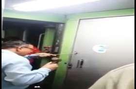 वीडियो में देखें टॉयलेट से कैसे निकाले गए कांग्रेस के नेता...