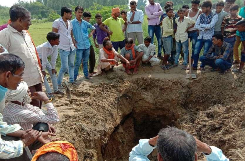 जिंदा करने के वादा कर शव को कब्र से निकलवाया, 14 दिन पहले दफनाया गया था युवक को
