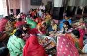पतियों की लंबी उम्र के लिए भूखी-प्यासी रही महिलाएं, की पूजा अर्चना
