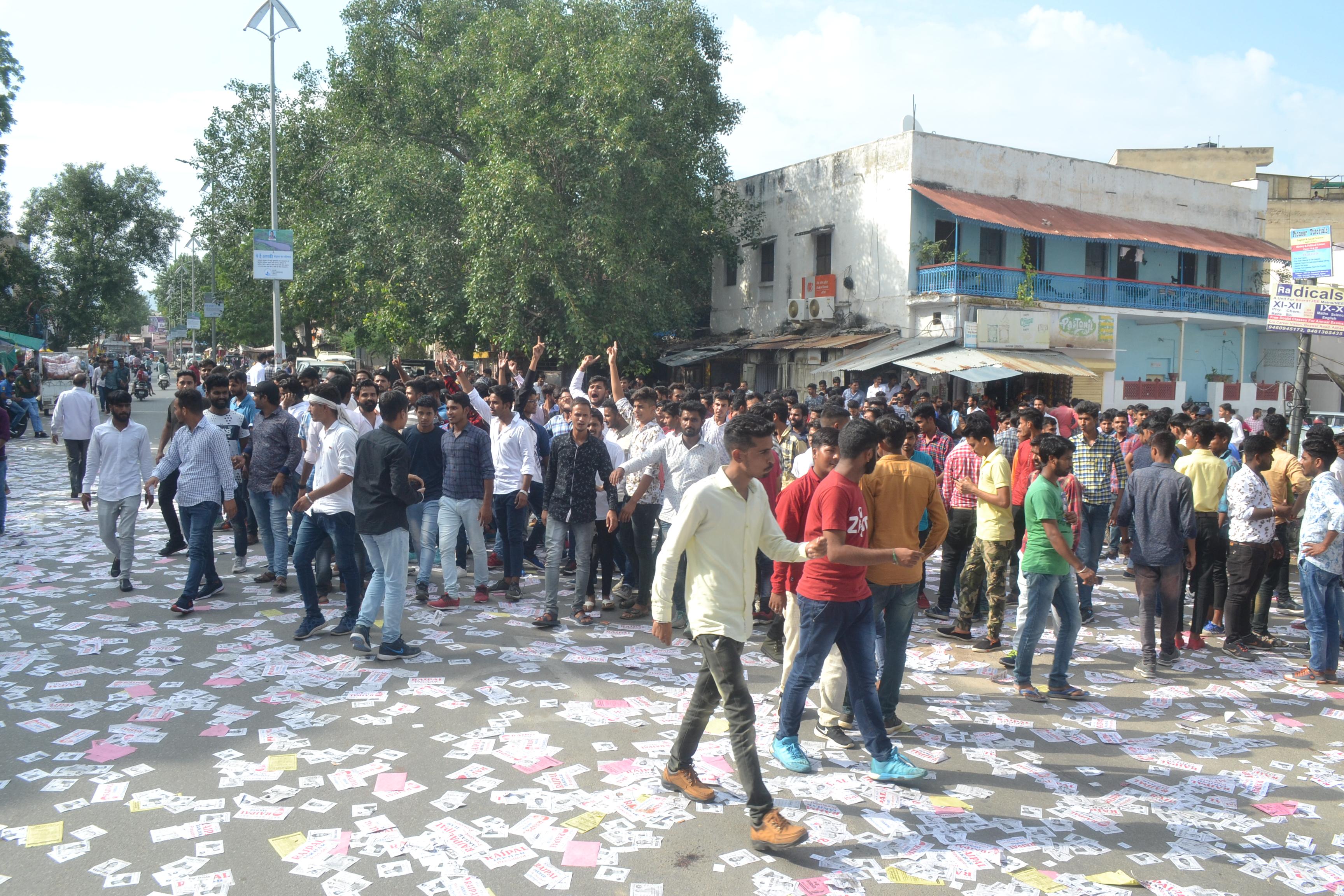 कुछ यूं हुई नारेबाजी और हंगामा, छात्रों को खदेडऩा पड़ा पुलिस को