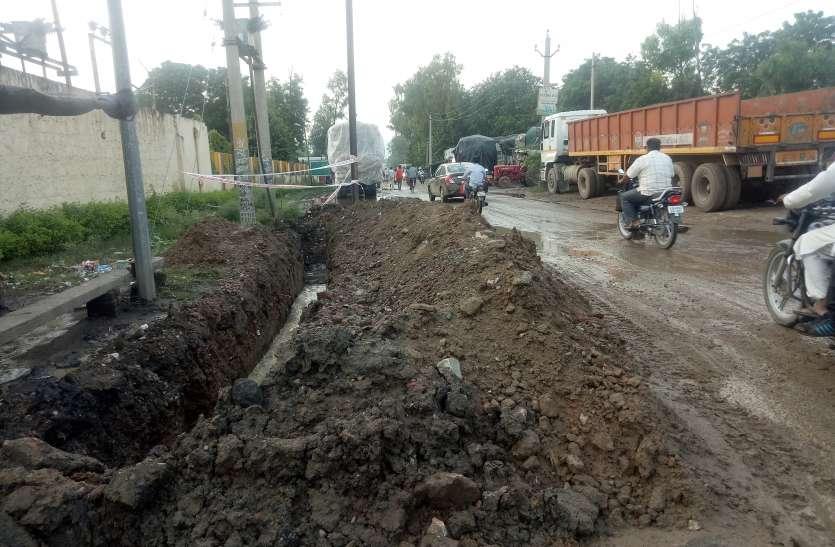 अलवर में करोड़ों रुपए खर्च कर जनता को परेशानी दे रहा प्रशासन, आप भी जानिए शहर के हाल