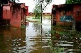 बाढ़ पीड़ितों ने की लेखपालों की शिकायत, पीड़ितों को नहीं दी जा रही राहत सामग्री