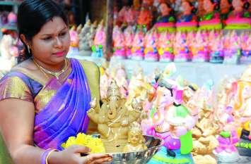 PICS गणेशोत्सव : पहले दिन हुई गौरी की पूजा, कल गणपति के स्वागत की तैयारी