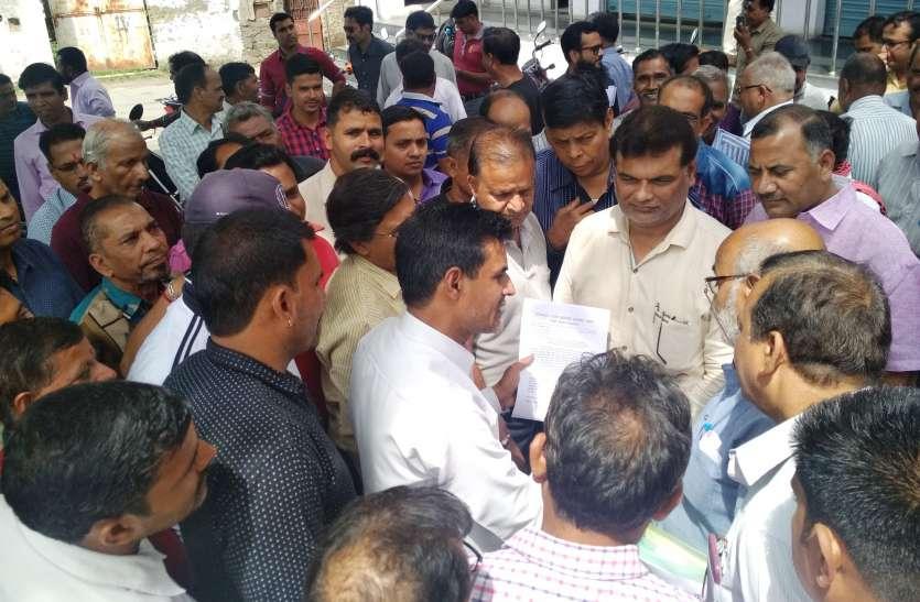 उदयपुर में निरीक्षण के खिलाफ में उतरे शिक्षा विभाग कार्मिक,  आंदोलन को दबाने का लगाया आरोप