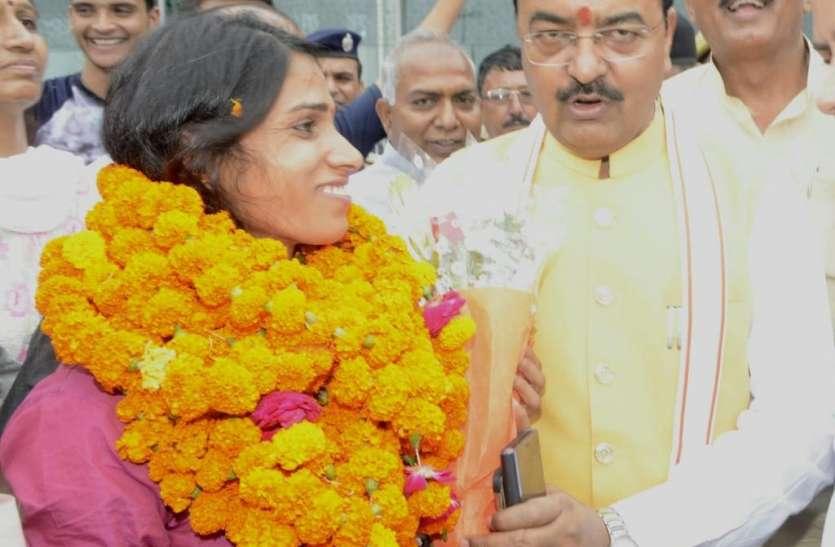 लखनऊ पहुंचीं सिल्वर मेडलिस्ट सुधा सिंह, डिप्टी सीएम ने खुद एयरपोर्ट जाकर किया स्वागत