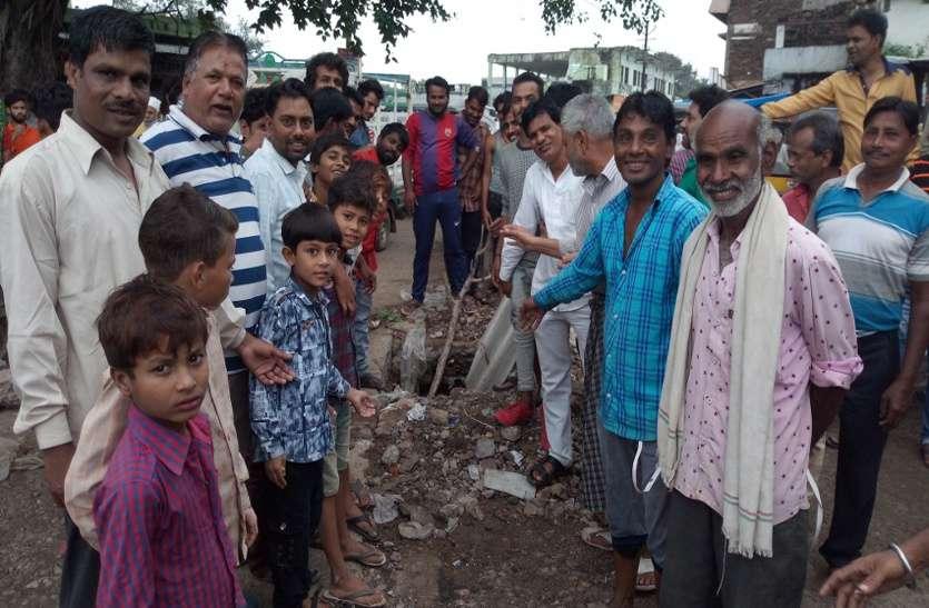 एक खड्डे ने मचा दिया हंगामा, लोगों ने की नारेबाजी और प्रदर्शन
