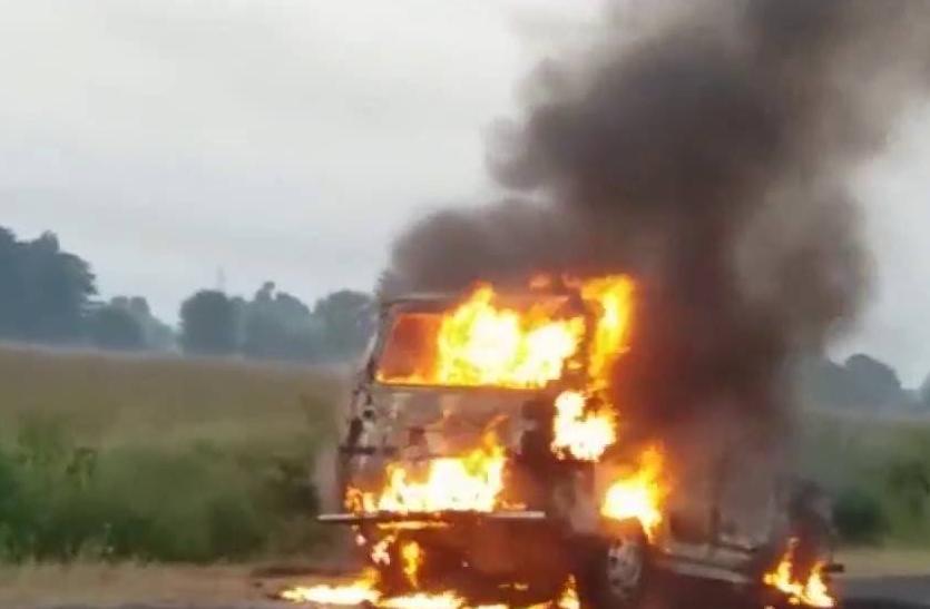 नक्सलियों ने दो लोडर मशीनों को आग के हवाले किया