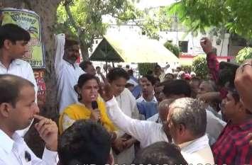 इन प्रदर्शनकारियों ने कहा- भाजपा को वोट देकर हमने गलती की, हम रोजाना प्रदर्शन करने को मजबूर