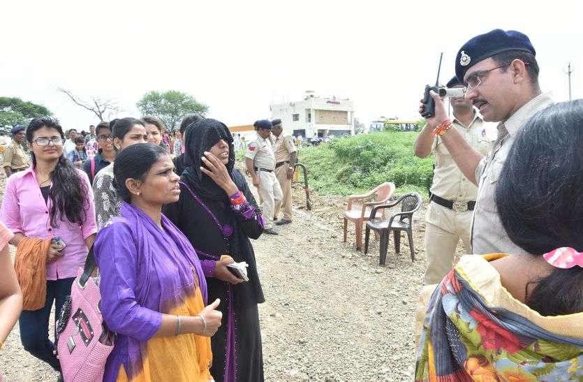 BIG BREAKING मुख्यमंत्री की सभा में जा रही मुस्लिम महिलाओं के पुलिस ने उतरवाए बुरके...यहां पढे़ं पूरी खबर