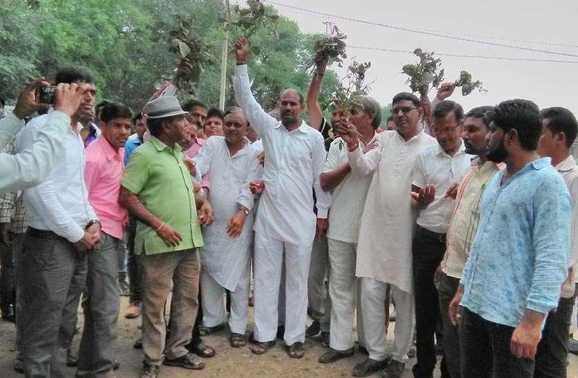 बरसात से फसल खराबे के मुआवजा की मांग को लेकर किसानों किया प्रदर्शन