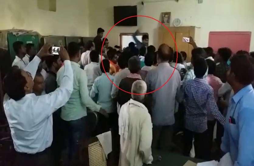BJP विधायक के भाई के खिलाफ कार्रवाई के लिये सभासद दे रहे थे धरना, चेयरमैन समर्थकों से जमकर हुई मारपीट