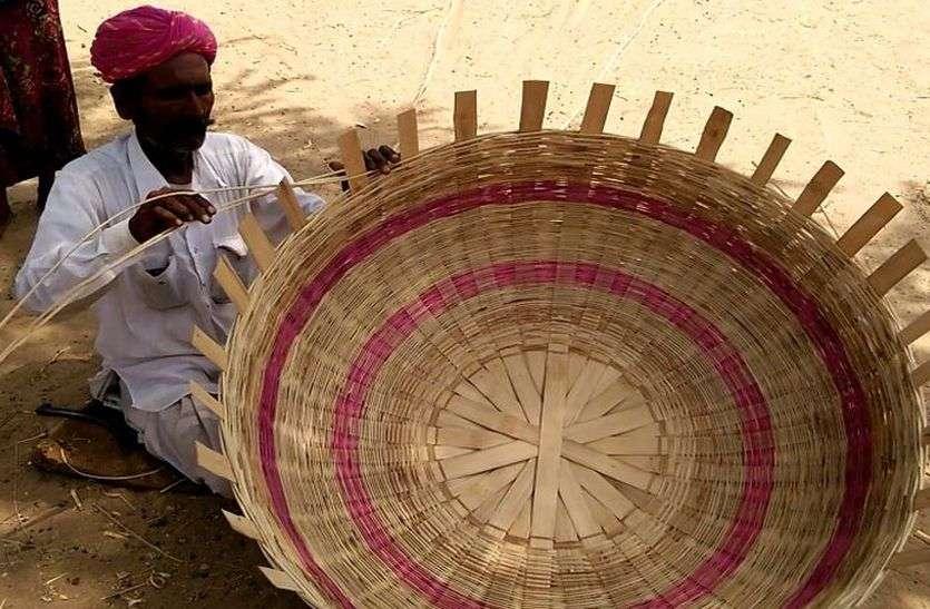 आधुनिकता के दौर में लुप्त हो रही बांस की कलाकृति, गरीबी में जी रहे कारीगर