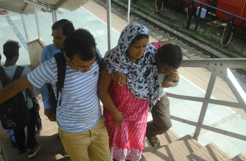 रेलवे स्टेशन में मरीजों को परिजनों के कंधों का सहारा