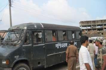 - - सिंगुर: वाहनों में व्यापक तोडफ़ोड़, 6 घायल