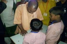 CM योगी आदित्यनाथ पहुंचे चंदौली प्राथमिक विद्यालय, बच्चों से किये सवाल, देखें PHOTOS