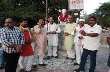 पूर्व प्रधानमंत्री राजीव गांधी की प्रतिमा से हटाया गया शिलापट, कांग्रेसी नेताओं ने दिया धरना
