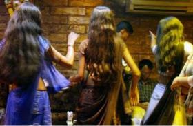 दिल्ली: राजधानी में साउंडप्रूफ दीवारों के पीछे चल रहे हैं अवैध नाइट क्लब, जमकर उड़ाए जाते हैं नोट