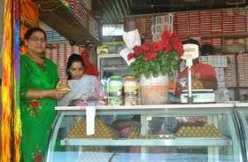 गणेश मंदिर स्थित प्रसाद की दुकानों पर सैंपल लेने पहुंचा खाद्य विभाग का अमला, मचा हड़कंप