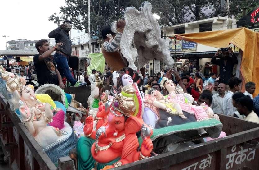 नगर पालिका ने जब्त की पीओपी की मूर्तियां
