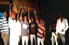 दलित युवक के साथ हुई मारपीट, आरोपितों की गिरफ्तारी की मांग को लेकर प्रदर्शन और नारेबाजी