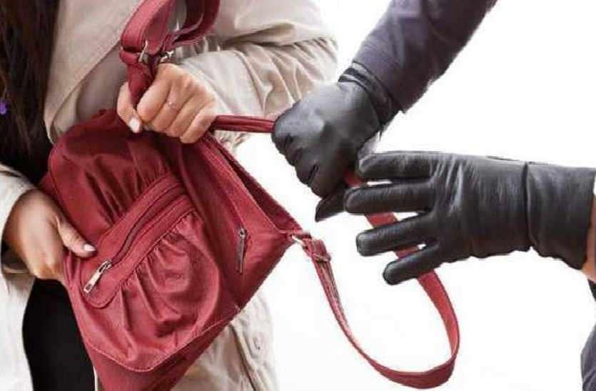 पण्डित बता समस्या दूर करने का दिया झांसा, वृद्धा के गहने-पर्स ले भागे दो उचक्के