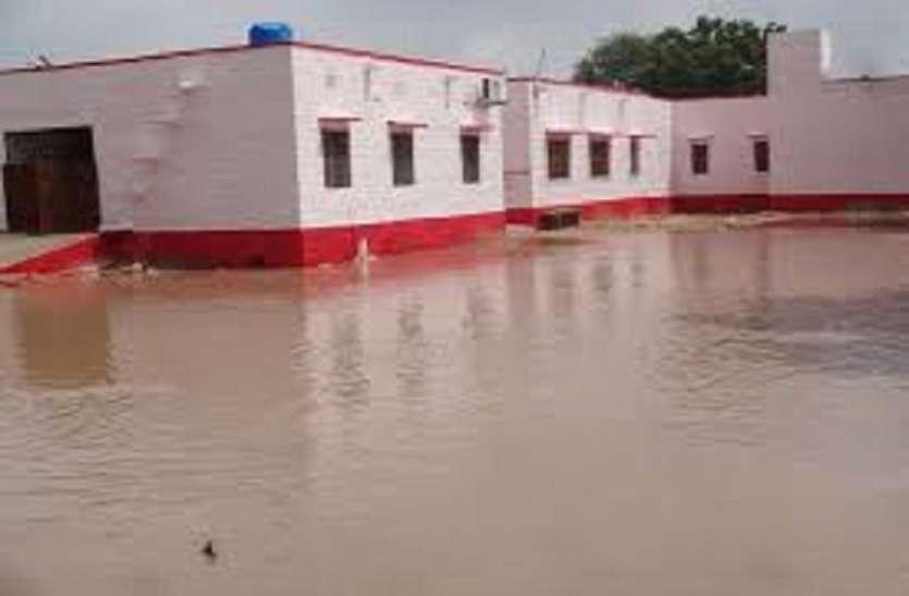 भागीरथी नेवटिया वुमन एंड चाईल्ड केयर सेंटर के बेसमेंट में भरा पानी
