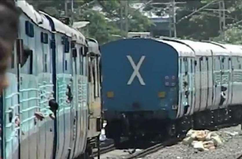 सियालदह डिवीजन के पातीपुकुर स्टेशन पर एक ही पटरी पर आईं दो ट्रेनें
