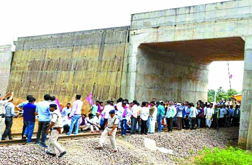 रावघाट रेल लाइन परियोजना : 9 साल पहले रेलवे को दी जमीन, नहीं मिली नौकरी तो उग्र हो ट्रैक पर बैठ गए किसान