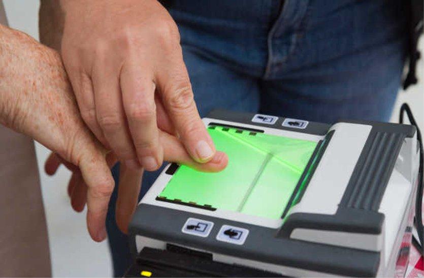 आधार कार्ड में सुधार कराने भटक रहे लोग, नहीं भर पा रहे फॉर्म