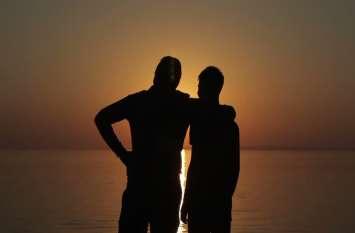 दो युवकों में था प्रेम संबंध, जब बीच में आया तीसरा युवक तो लव स्टोरी का हुआ यह अंजाम, देखें वीडियो