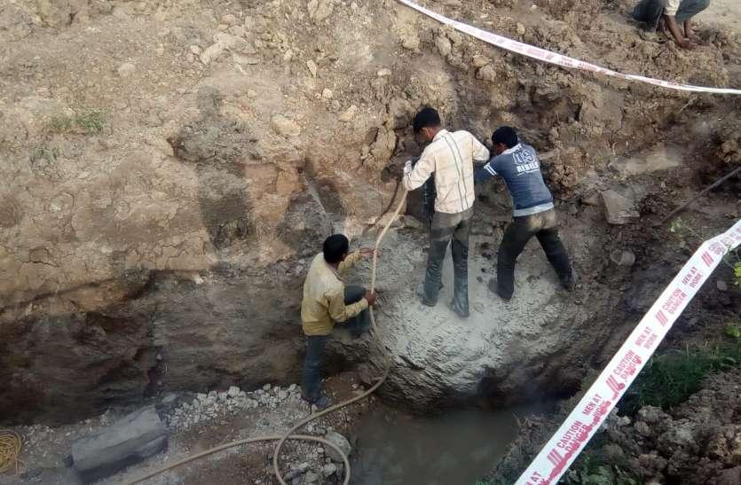 पाइप लाइन बिछाने में फिर एक बार रोड़ा बनी चट्टान, अब कैमिकल डालकर तोडऩे की तैयारी