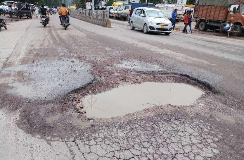 ओवरलोड वाहनों का परिवहन जारी, सड़कें भी दे रही जवाब, लगाम लगाने में नाकाम जिम्मेदार