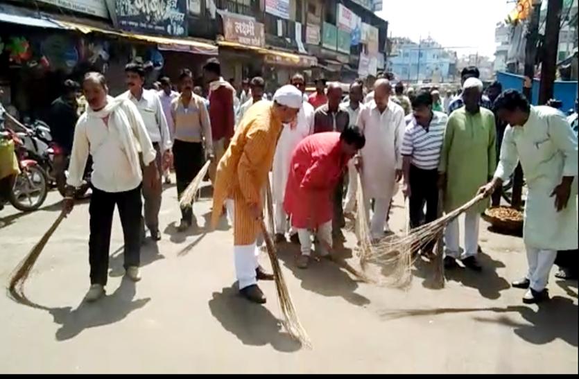 सड़कों पर निकले अफसर और नेता, झाडू़ थामकर की सड़क-नाली की सफाई