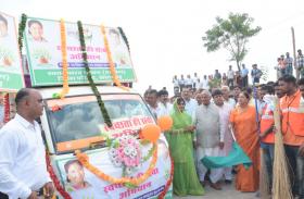 CM राजे ने स्वच्छता रथ को दिखाई हरी झंडी, प्रदेशाध्यक्ष मदनलाल सैनी के साथ पौधा लगाकर की स्वच्छता अभियान की शुरुआत, देखें तस्वीरें